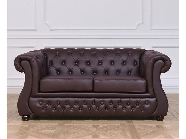 2 osobowa sofa Chester Lux, brązowa, skóra Chesterfield Szerokość 163 cm Głębokość 85 cm Kategoria Sofy i kanapy