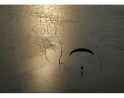 Fotografia Paralotniarz na lodzie