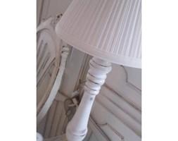 stylowa lampa na przecieranej nodze