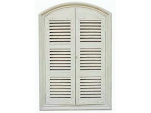 Białe przecierane okno z lustrem w ramie drewnianej z okiennicami