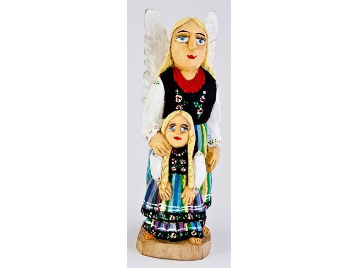 Ręcznie rzeźbiony anioł stróż z małą dziewczynką w kolorowym łowickim stroju 33 cm