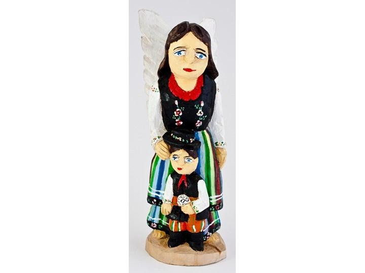 Drewniany anioł stróż z chłopczykiem w łowickim stroju 33 cm