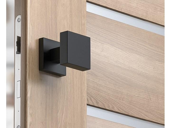 Czarna, kwadratowa gałka do drzwi z szyldem kwadratowym Q