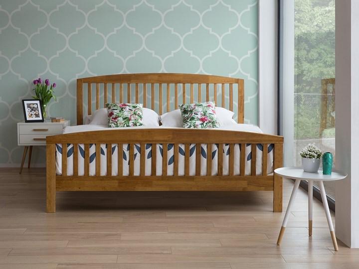 Łóżko ciemne drewniane 160 x 200 cm z ramą stelażem zagłówkiem i zanóżkiem Łóżko drewniane Rozmiar materaca 160x200 cm Kolor Brązowy