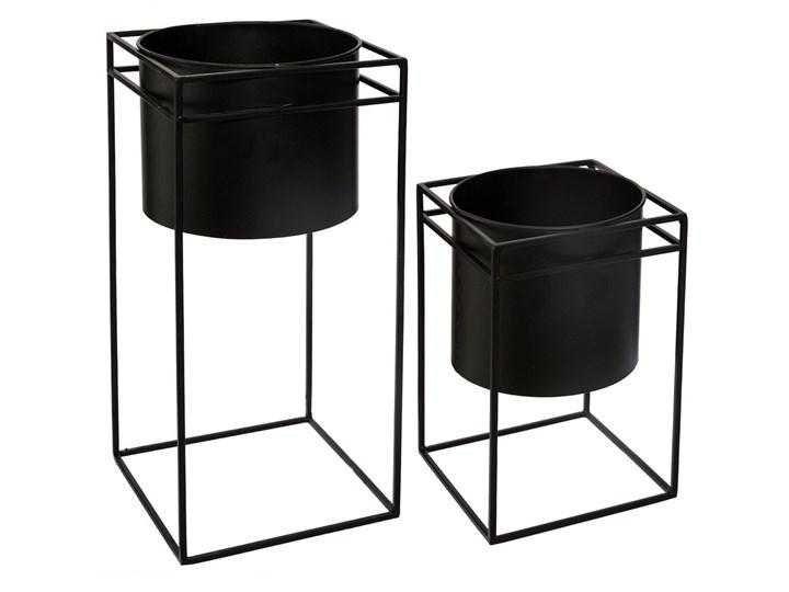 Zestaw składający się z dwóch doniczek w kolorze czarnym umieszczonych na metalowym stojaku