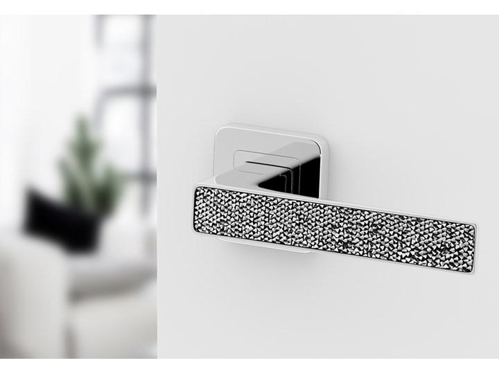 Klamka DECO GLAMOUR z srebrnymi kryształkami. Chromowana klamka do drzwi wewnętrznych z kwadratowym szyldem.