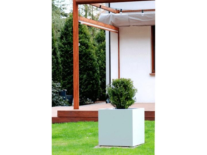 Kwadratowa donica z włókna szklanego Kama Cube z podwójnym dnem, biała