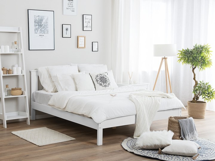 Łóżko ze stelażem białe drewniana rama ozdobne wezgłowie 140 x 200 cm rustykalny design Kolor Biały