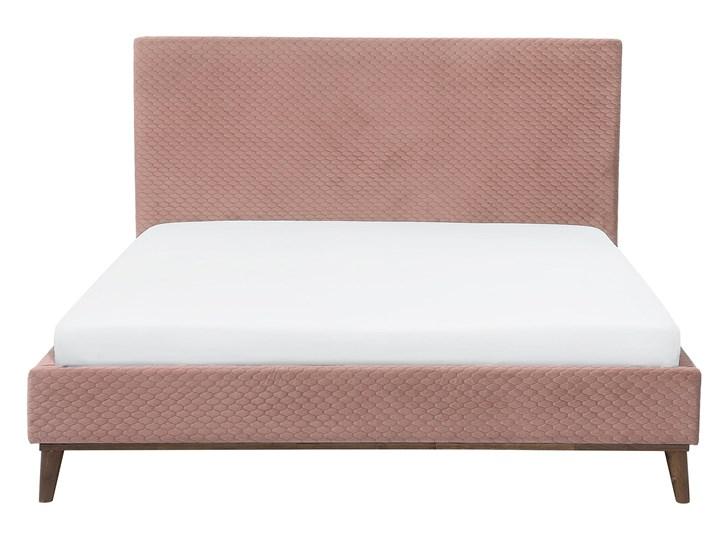 Łóżko ze stelażem różowe welurowe 180 x 200 cm z zagłówkiem styl retro Kolor Różowy Łóżko tapicerowane Kategoria Łóżka do sypialni