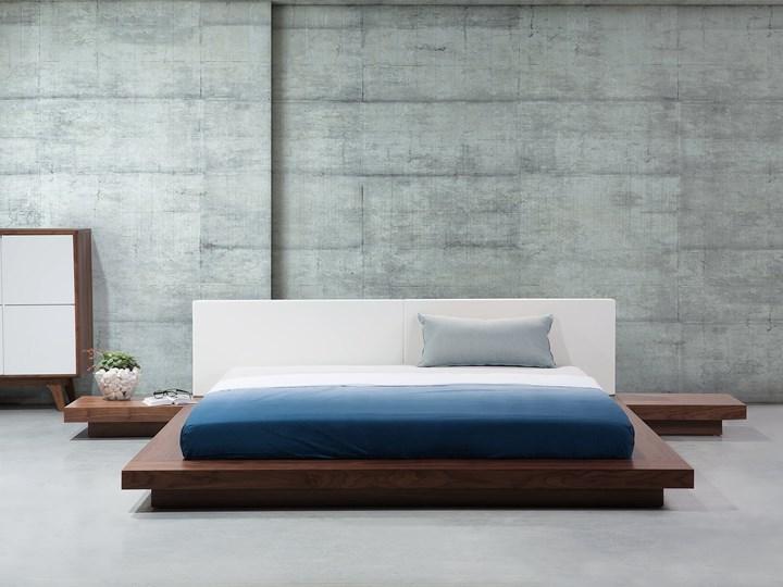 Łóżko ciemne drewno 160 x 200 cm 2 stoliki nocne wysoki zagłówek styl japoński Łóżko skórzane Łóżko drewniane Kolor Brązowy