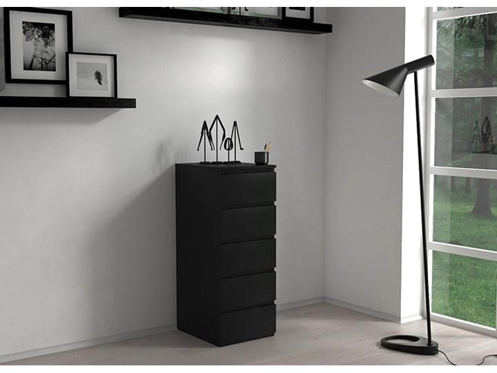 Wysoka komoda Luvia - czarna Z szufladami Głębokość 45 cm Wysokość 111 cm Kolor Czarny Pomieszczenie Salon