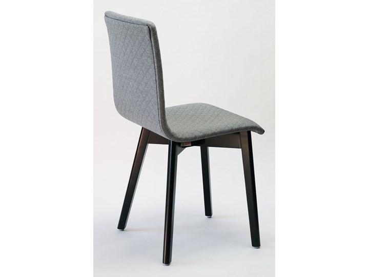 GRIM krzesło drewniane czarna rama, jasno-szara pikowana tkanina Głębokość 41 cm Pomieszczenie Jadalnia Wysokość 86 cm Drewno Szerokość 42 cm Tapicerowane Pikowane Głębokość 38 cm Styl Nowoczesny