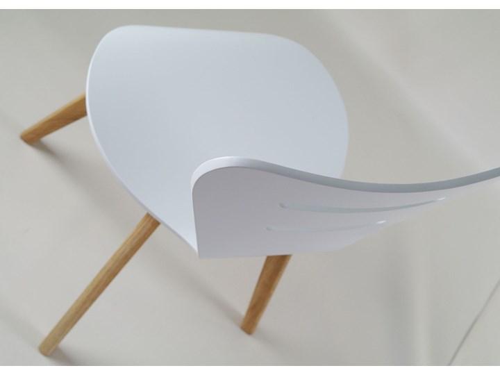 DORIS W krzesło drewniane białe, dębowa rama Szerokość 43 cm Drewno Kolor Biały Wysokość 82 cm Głębokość 43 cm Głębokość 40 cm Styl Skandynawski