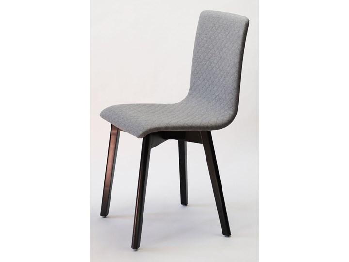 GRIM krzesło drewniane czarna rama, jasno-szara pikowana tkanina Głębokość 38 cm Szerokość 42 cm Głębokość 41 cm Kolor Szary Wysokość 86 cm Tapicerowane Pikowane Drewno Kategoria Krzesła kuchenne
