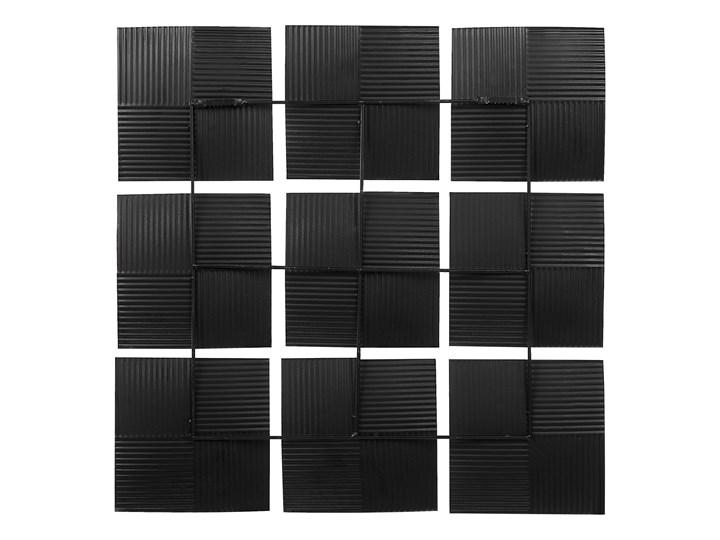 Dekoracja ścienna wisząca biało-czarna metalowa 50 x 50 cm geometryczna ozdoba w kwadraty Pomieszczenie Salon