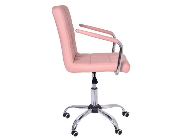 Fotel obrotowy Ritmo- różowy Tkanina Wysokość 98 cm Pomieszczenie Biuro i pracownia Skóra ekologiczna Metal Szerokość 54 cm Szerokość 42 cm Głębokość 54 cm Głębokość 39 cm Kategoria Fotele do salonu