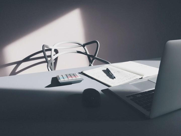 Krzesło LILLE  białe Krzesło inspirowane Z podłokietnikiem Szerokość 55 cm Głębokość 45 cm Wysokość 81 cm Tworzywo sztuczne Szerokość 40 cm Kolor Biały
