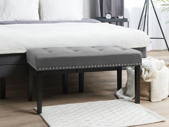 Ławka tapicerowana szara welurowa pikowana z ozdbonymi ćwiekami do sypialni Kategoria Ławki do salonu