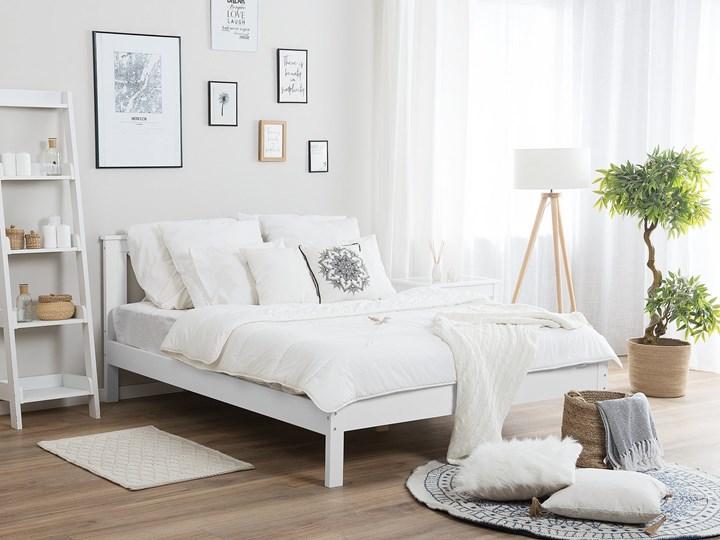 Łóżko ze stelażem białe drewniana rama ozdobne wezgłowie 140 x 200 cm rustykalny design Kolor Biały Kategoria Łóżka do sypialni