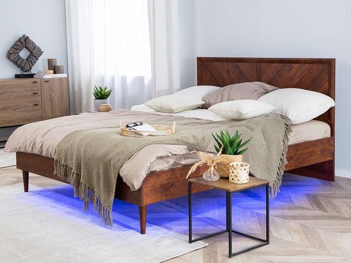 Łóżko LED ze stelażem ciemne drewno 140 x 200 cm wysokie wezgłowie kolorowe oświetlenie rustykalny design ramy Łóżko drewniane Kolor Brązowy