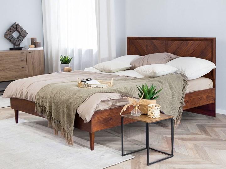 Łóżko LED ze stelażem ciemne drewno 140 x 200 cm wysokie wezgłowie kolorowe oświetlenie rustykalny design ramy Łóżko drewniane Kategoria Łóżka do sypialni