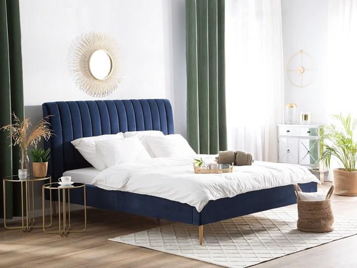 Łóżko ze stelażem niebieskie tapicerowane welurem złote nóżki 160 x 200 cm wysokie wezgłowie retro design Łóżko tapicerowane Kolor Granatowy
