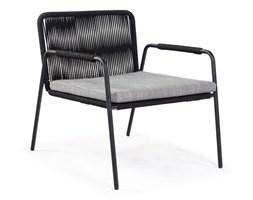 Czarny fotel z metalową konstrukcją La Forma Seymour