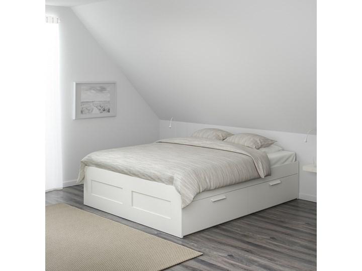 IKEA BRIMNES Rama łóżka z szufladami, biały/Lönset, 180x200 cm Łóżko drewniane Tkanina Kategoria Łóżka do sypialni Pojemnik na pościel Z pojemnikiem